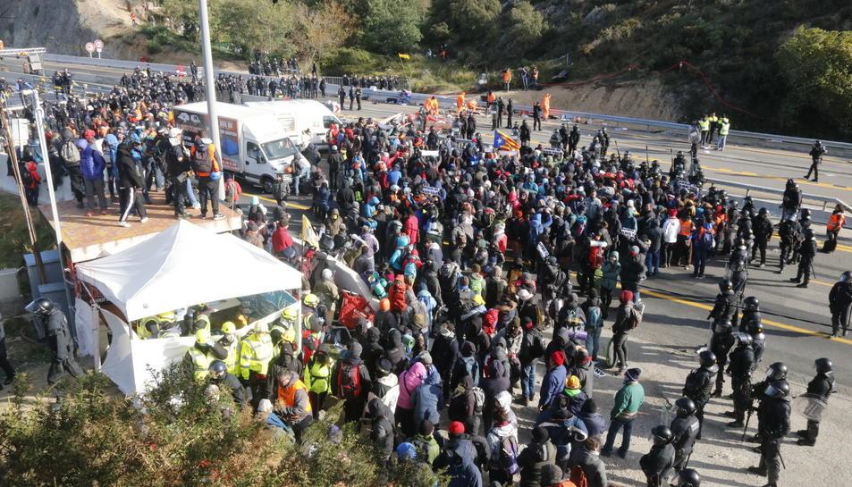 L'AP-7 a l'altura de la frontera amb França, amb el carril nord sense manifestants després de l'actuació policial.
