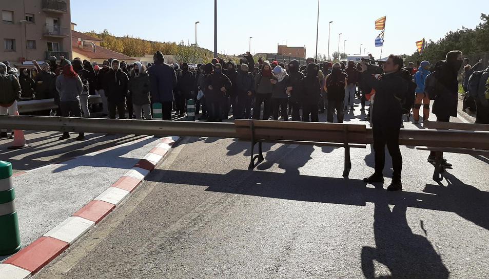 Pla general dels manifestants tallant l'N-II a la Jonquera.
