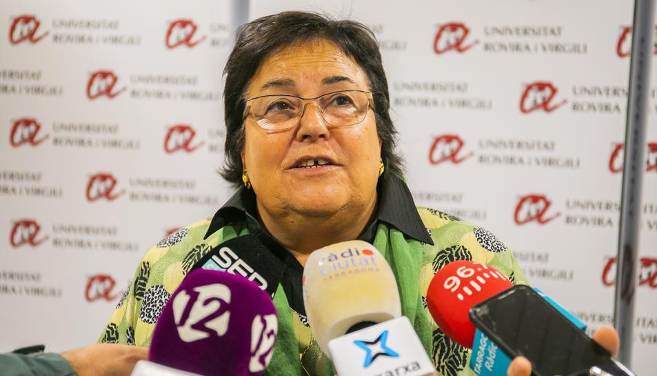 La rectora de la URV, Maria José Figueras, atenent els mitjans de comunicació després del Consell de Govern Extraordinari.