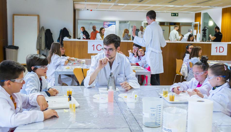 Els alumnes, en una de les taules en què van realitzar els tallers experimentals.
