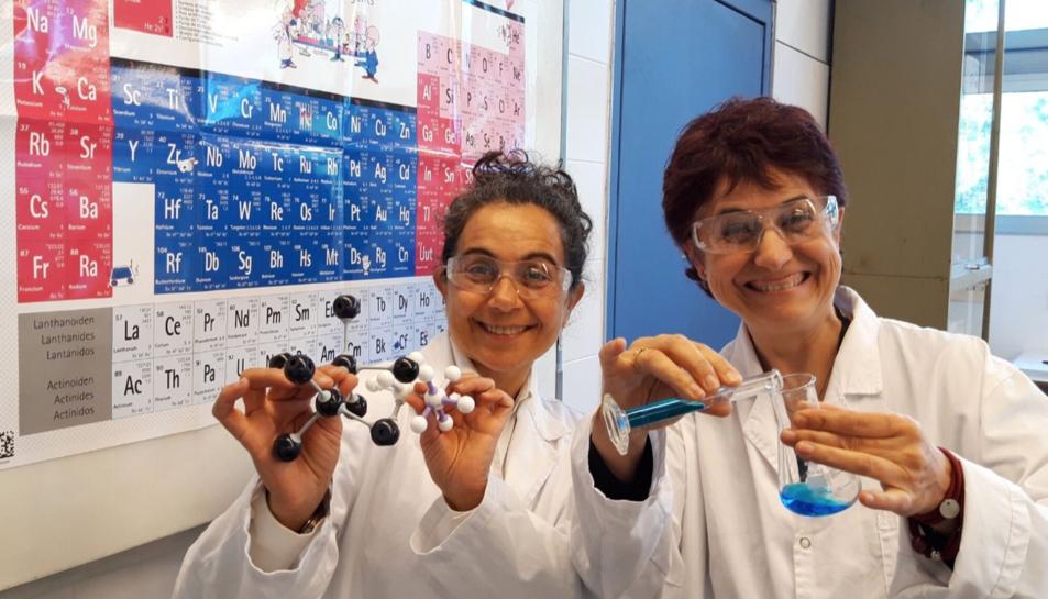 Les dues científiques que debatran sobre la taula periòdica.