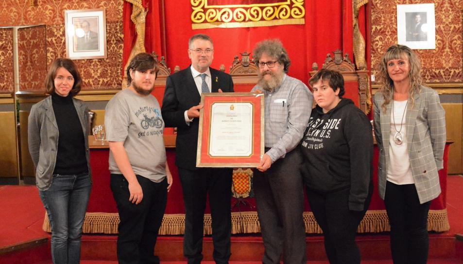 Imatge dels familiars dels guardonats amb l'alcalde Pau Ricomà i la regidora d'Esports