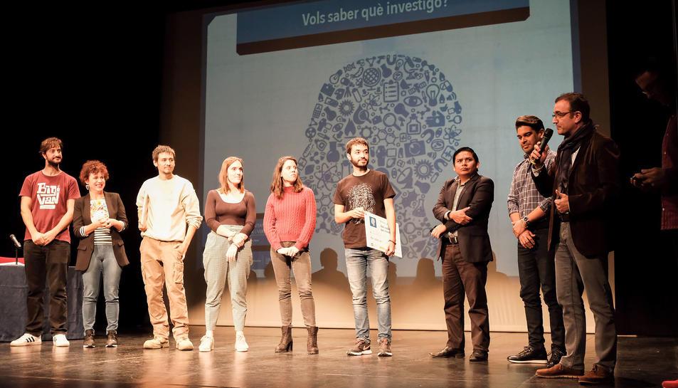 Imatge dels doctorants participants en el Concurs de monòlegs juntament amb membres del jurat, ahir, al teatre Bartrina .