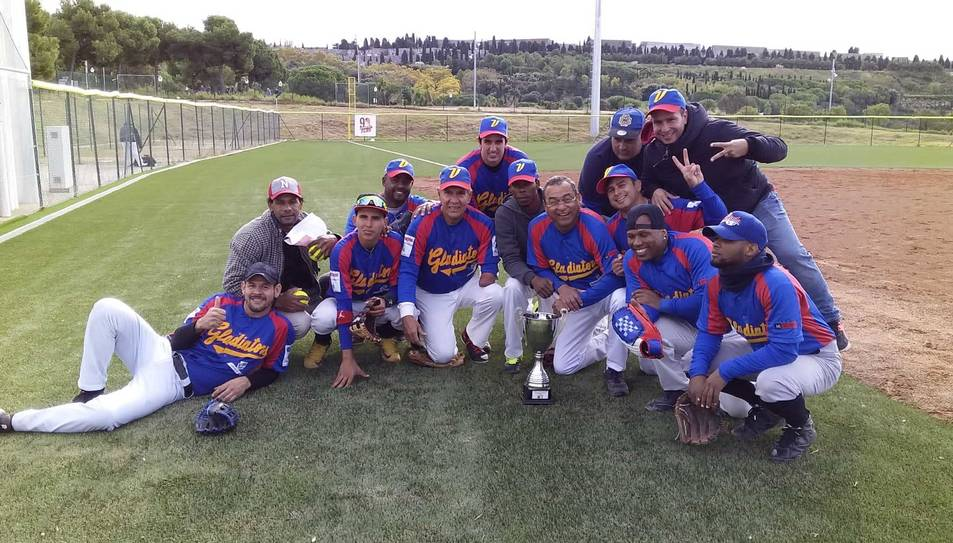 Alguns dels jugadors del conjunt vila-secà amb la Copa.