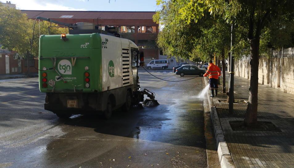 Un dels vehicles encarregats del servei de neteja de la ciutat de Tarragona de l'empresa FCC.