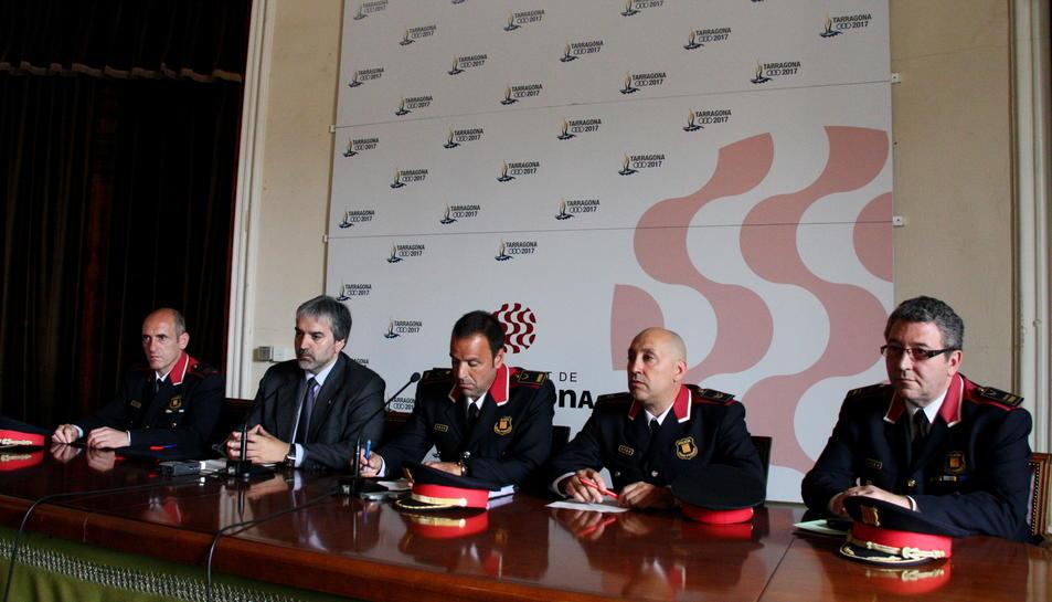 L'inspector dels Mossos Jaume Morón (esquerra) i del sergent Xavier Cunillera (segon per la dreta) en una roda de premsa el 2013.