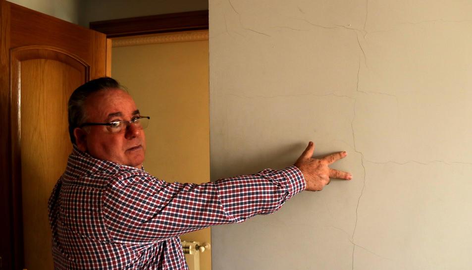 José Miguel Monllaó mostrant una esquerda a la paret d'una habitació de la seva casa d'Amposta.