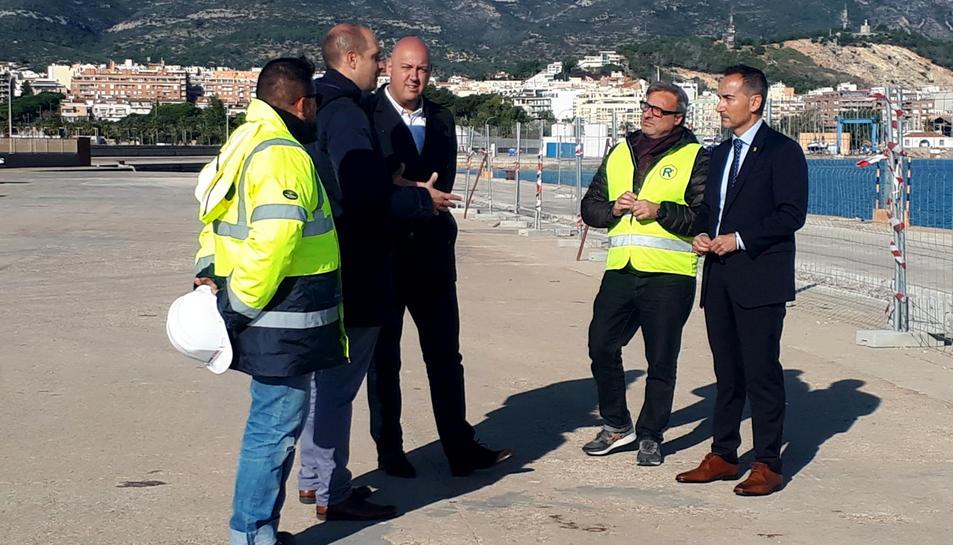 El gerent de Ports, Joan Pére Gómez, i l'alcalde de Sant Carles, Josep Caparrós, durant la visita d'obres al moll comercial del port.