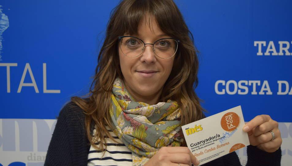 Imatge de la Paola Carbia amb el tiquet per gaudir del menú degustació al Cócula
