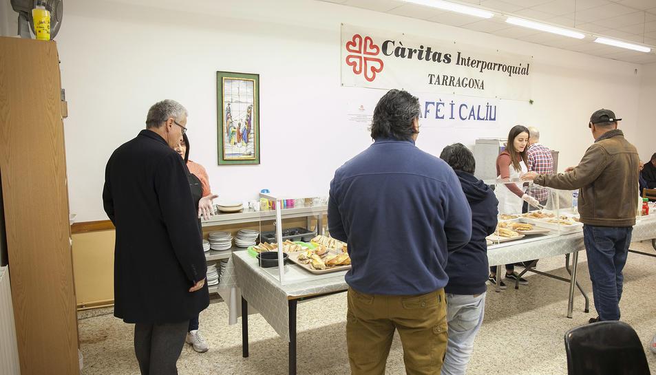 El Sr. Arquebisbe, Mons. Joan Planellas, parlant amb els voluntaris de 'Cafè i Caliu'.