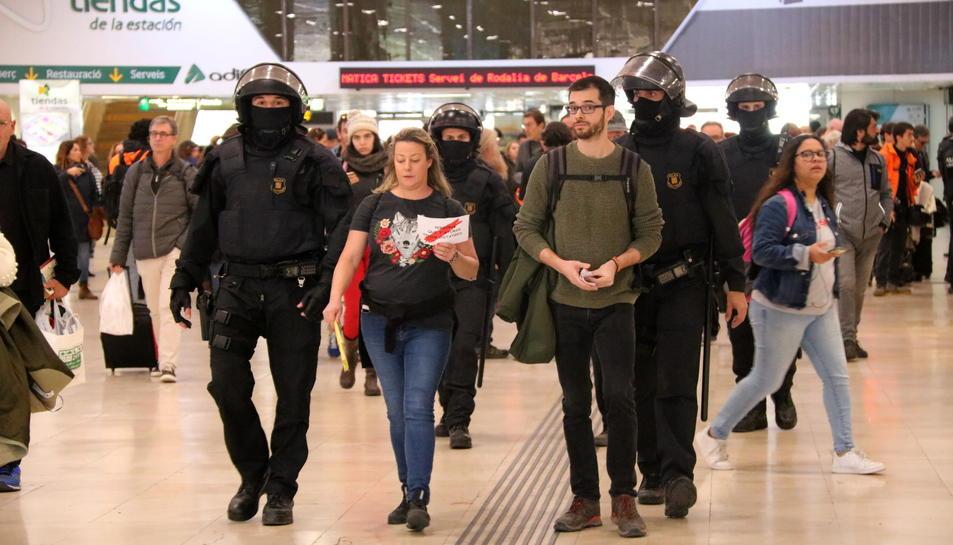 Dues persones sent desallotjades de l'estació de Sants durant la protesta convocada pels CDR.