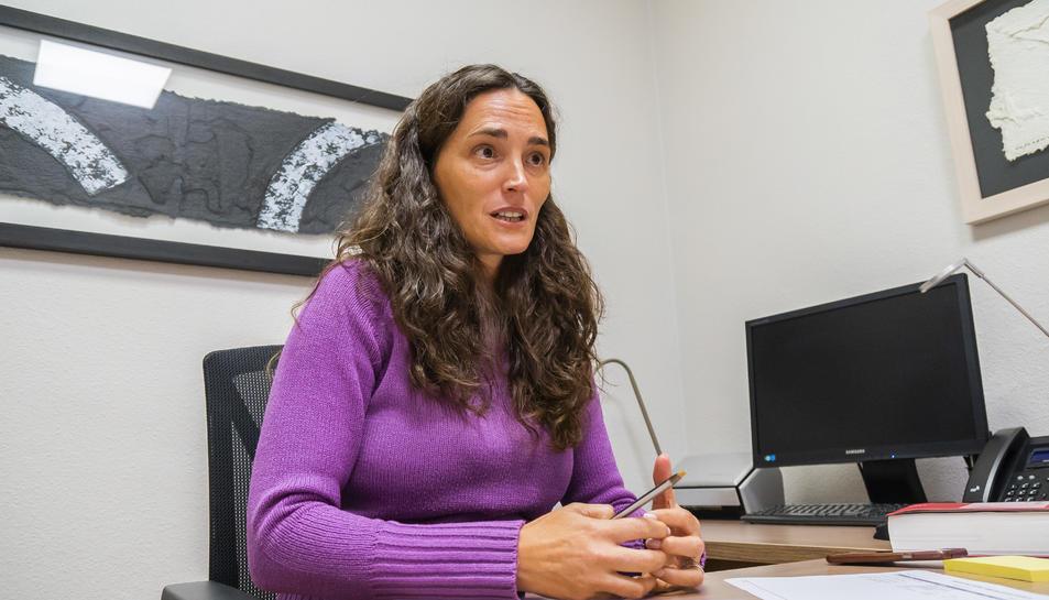 Pilar Casas, al despatx que el Col·lectiu Ronda té a la Rambla Nova.