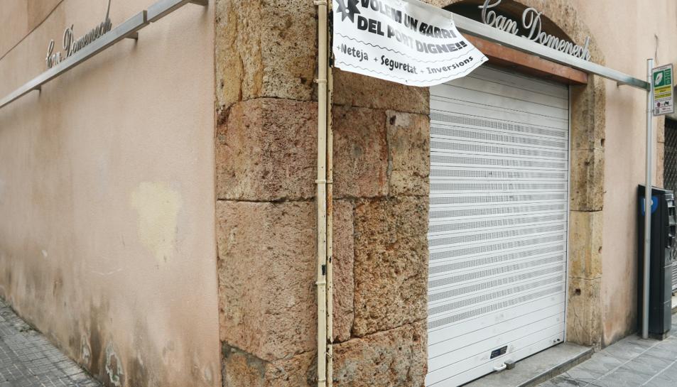 Façana de la fruiteria del carrer Apodaca que divendres va ser objecte de robatori.