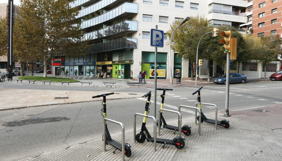 Alguns dels patinets elèctrics de la companyia Buny en període de prova aparcats ahir a la plaça Imperial Tarraco.