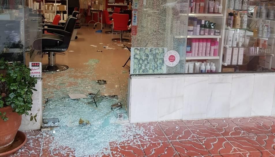 Imatge de la botiga de roba amb la porta forçada