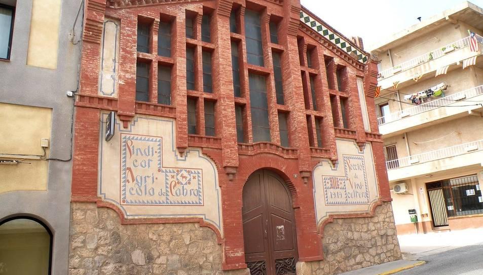 Imatge de la façana del Sindicat Agrícola de Cabra del Camp.