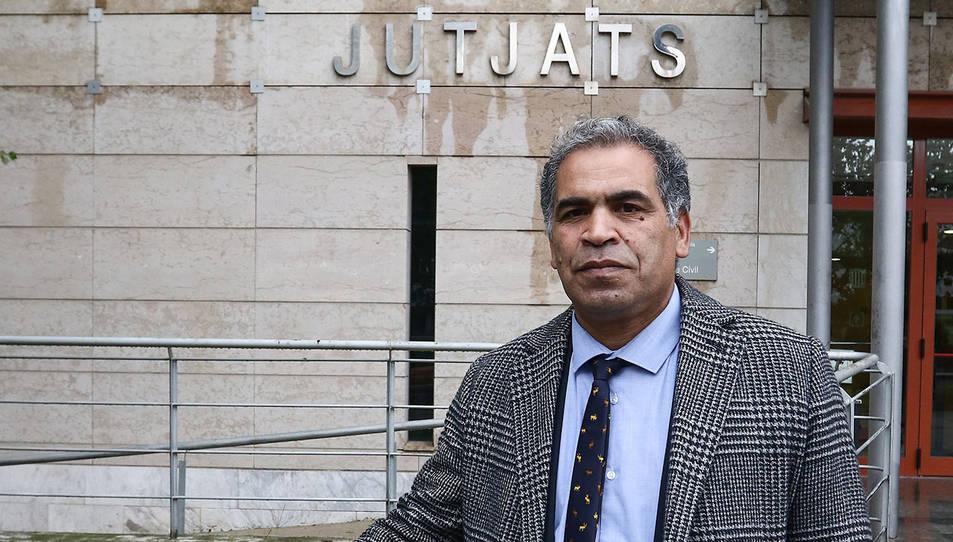 Tarkou, a l'entrada de l'edifici dels jutjats.