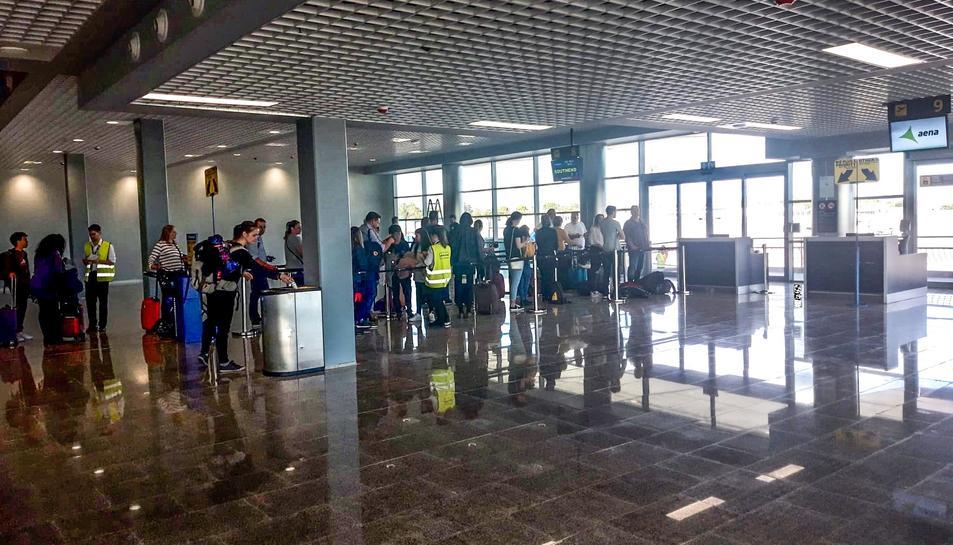 Passatgers a la nova zona d'embarcament de l'Aeroport de Reus.