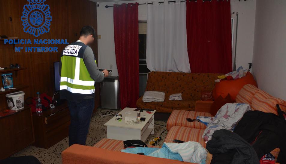 Desmantellament d'uns pisos a Calafell on s'hi explotaven sexualment dones de nacionalitat brasilera.