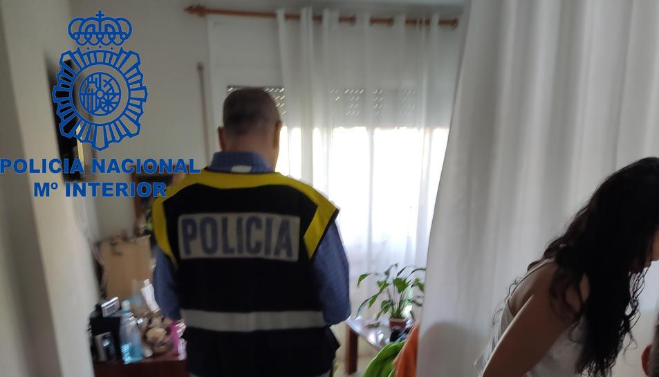 Desmantellament d'una xarxa d'explotació sexual a Calafell, i d'agents policials i una noia dins d'un dels pisos on s'exercia la prostitució.