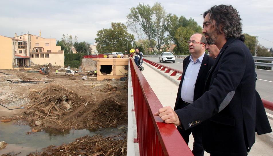 El diputat del PSC al Parlament, Carles Castillo, amb Pep Andreu i Miquel Iceta, des del Pont Nou per veure l'abast de la crescuda del Francolí.