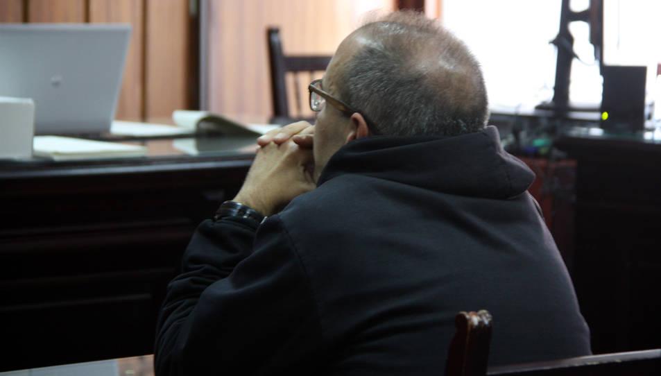 Imatge de l'acusat d'abusar sexualment de menors al Vendrell, assegut a la banqueta dels acusats de l'Audiència de Tarragona