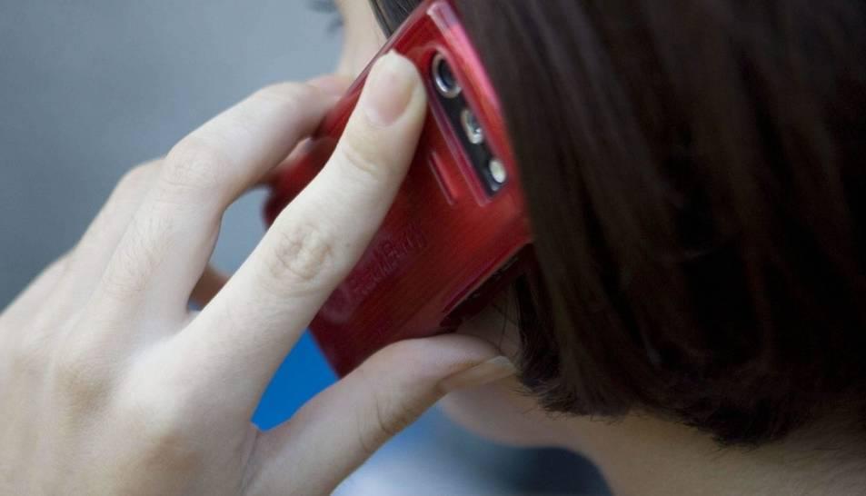 Imatge d'arxiu d'una dona parlant per telèfon