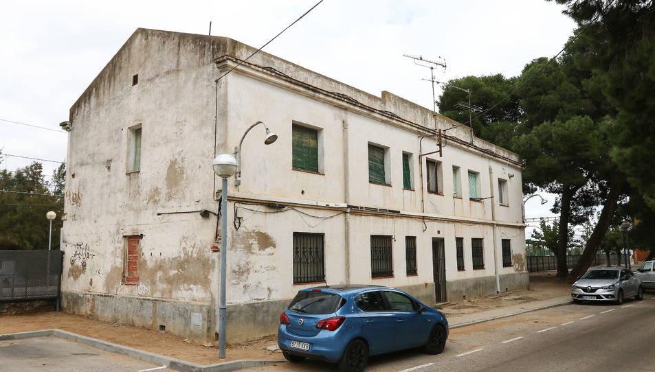 L'edifici del costat de l'estació de Vila-seca, al carrer de Galceran de Pinós.