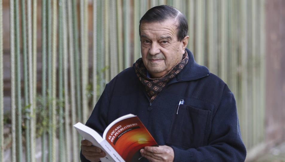 Josep Bargalló fullejant el seu llibre, aquest dimarts a Tarragona.
