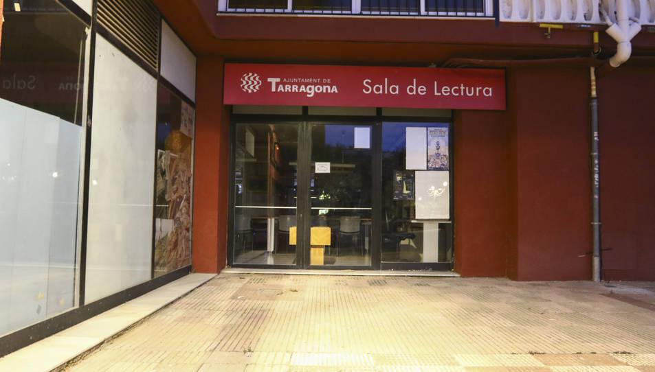 Local del punt de lectura municipal de Sant Pere i Sant Pau, tancat des de fa gairebé un mes per baixa de l'encarregada.