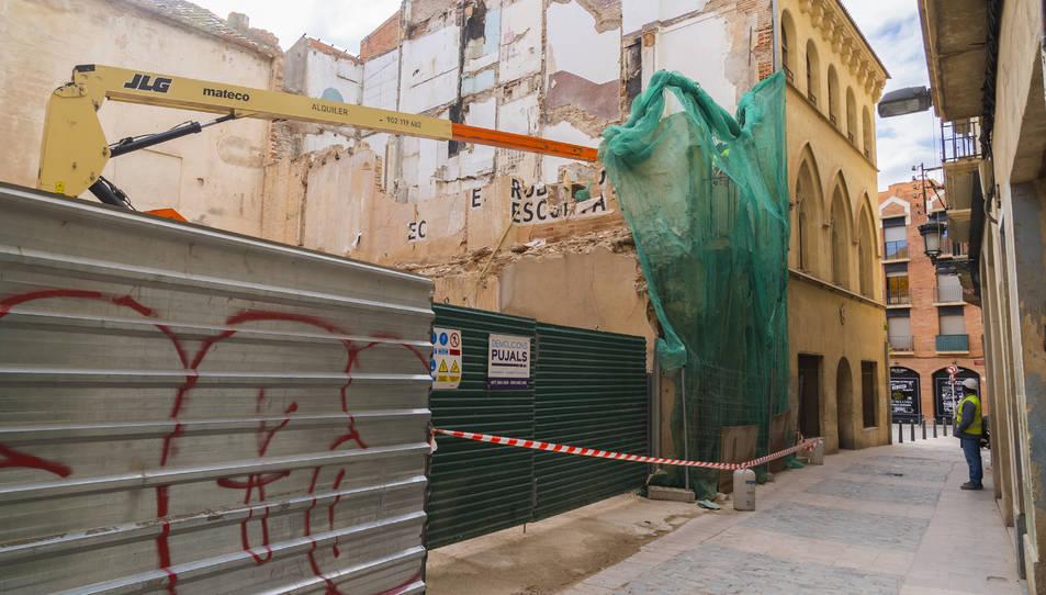 S'han deixat alguns metres de façana fins que s'acabin de netejar les restes dels treballs interiors.