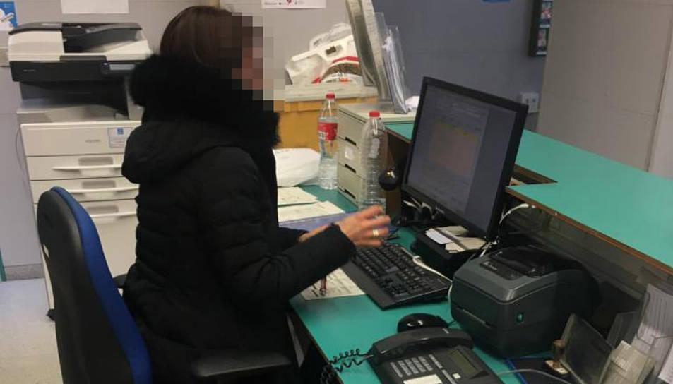 Una treballadora del CAP Llibertat fent la seva feina amb l'abric posat