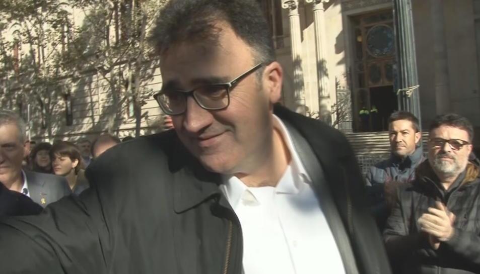 El rapitenc Josep Lluís Salvadó, saludat per companys davant del TSJC.