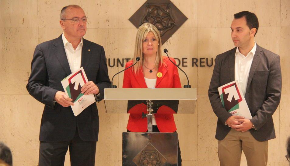 La vicealcaldessa de Reus, Noemí Llauradó, acompanyada de l'alcalde Carles Pellicer i el regidor de Recursos Humans, Daniel Rubio, durant la presentació del PAM.