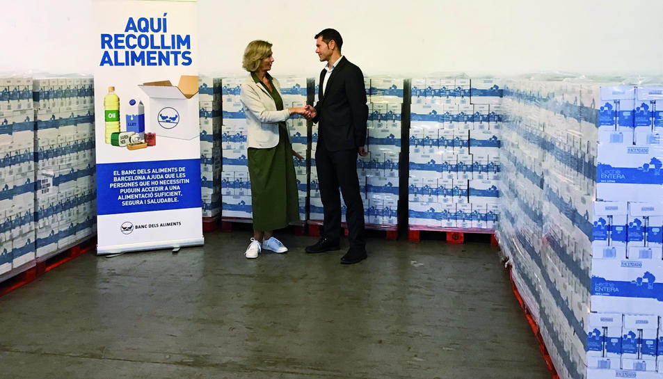 La presidenta del Banc dels Aliments de Barcelona, Roser Brutau, i el director RREE Mercadona a Bcn Nord, Santi Mont, durant la donació de llet.