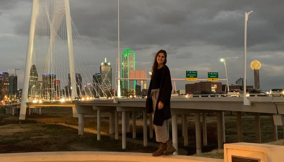 Rivas amb l'skyline de Dallas, la ciutat on treballa de mestra.