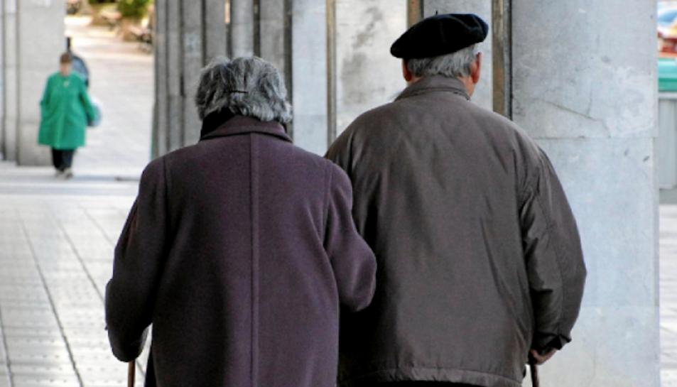 Imatge d'arxiu de dos persones grans passejant de la mà