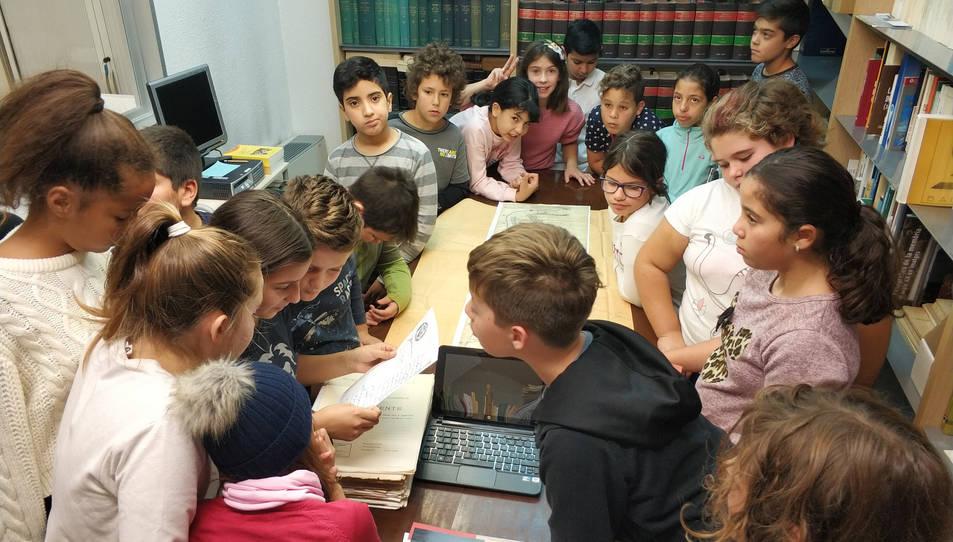 Imatge dels alumnes durant la seva visita a l'Arxiu Municipal