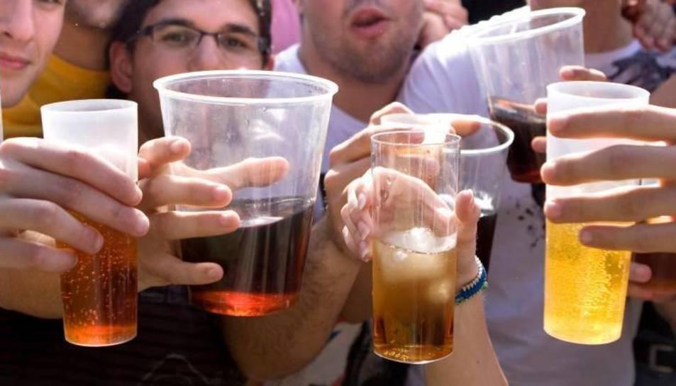 Imatge d'arxiu d'un grup de joves bebent alcohol