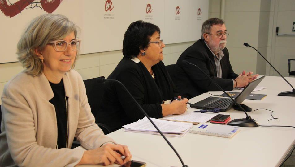 Imatge de la roda de premsa posterior al claustre de la URV, amb la rectora María José Figueras al centre de la imatge