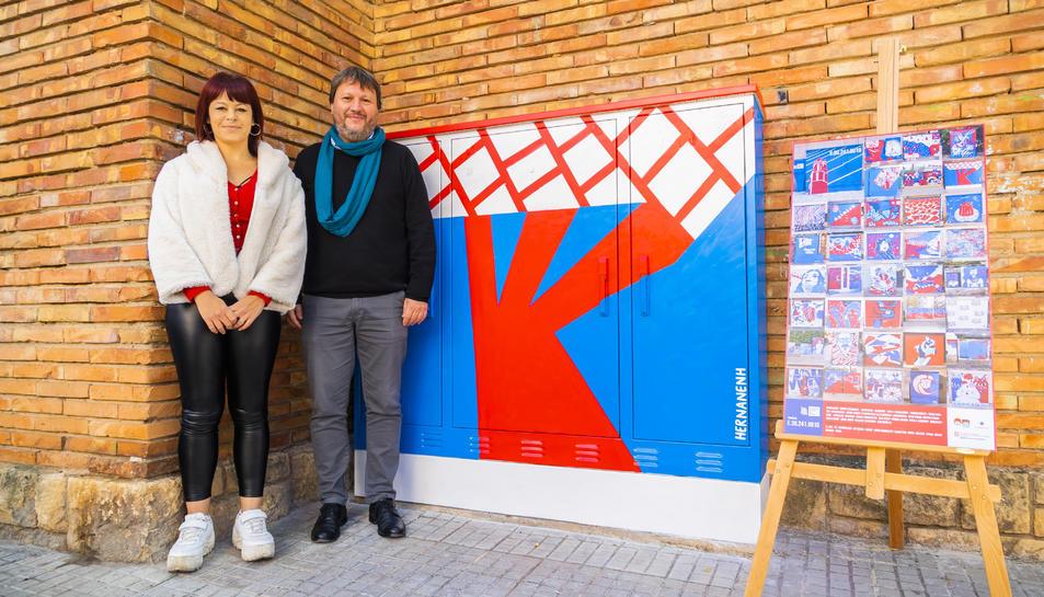 L'artista Gota de Abril i Òscar Subirats, amb un quadre.