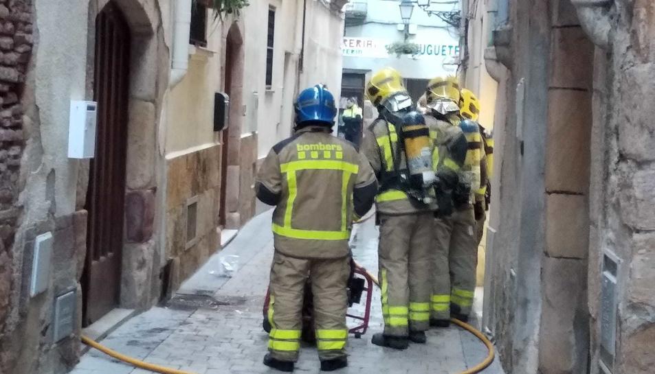 Els Bombers d'Alcover actuant a la casa afectada.