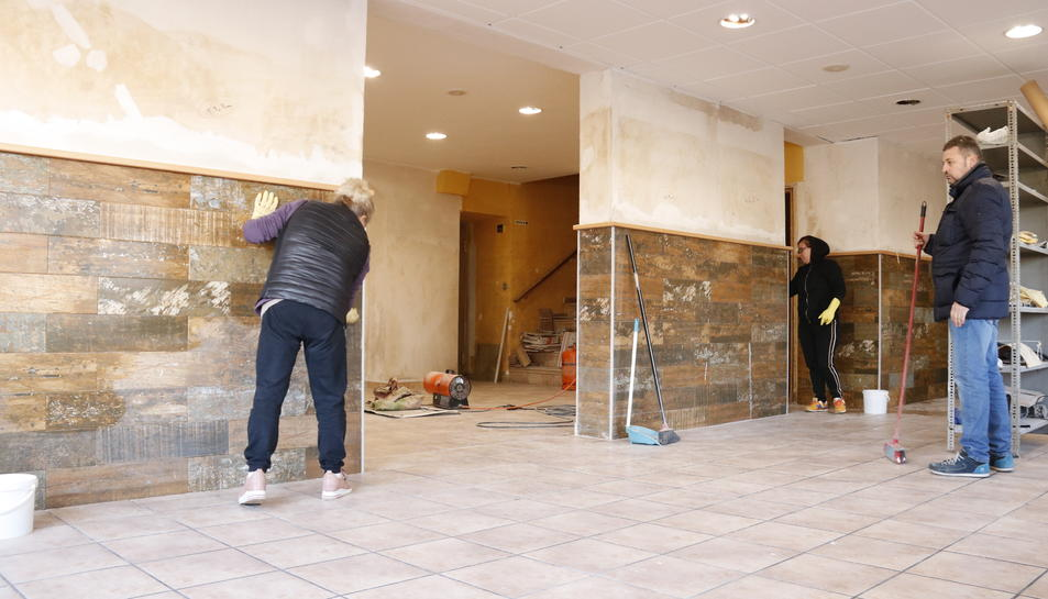 Imatge de persones netejant el restaurant 'Les Disset Fonts', a l'Espluga de Francolí.