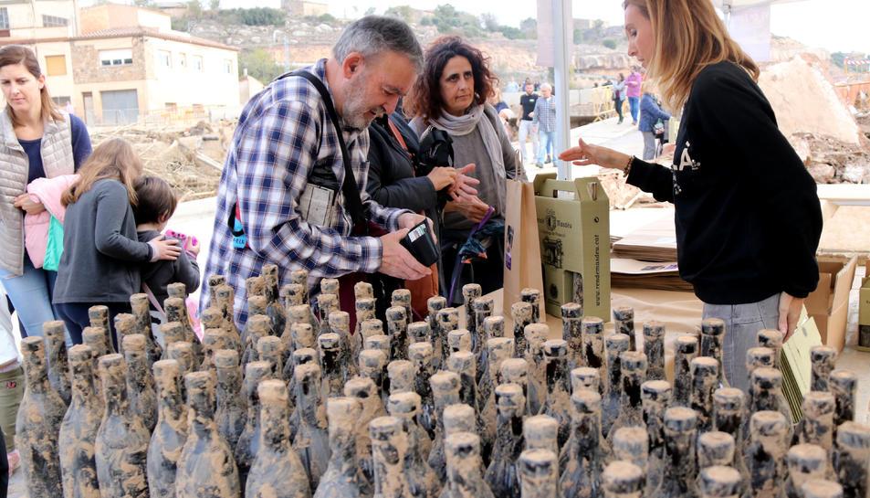 Venda d'ampolles de vi recuperades del fang al Celler Rendé Masdéu de l'Espluga de Francolí el passat 1 de novembre.