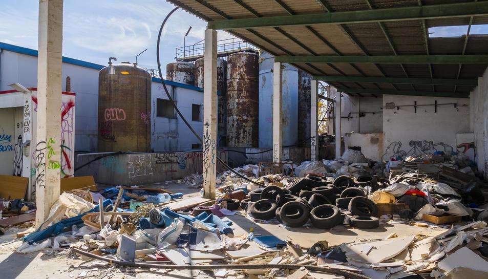 Restes d'obra, garrafes i capses de plàstic o parts de vehicles desballestats s'acumulen el complex.