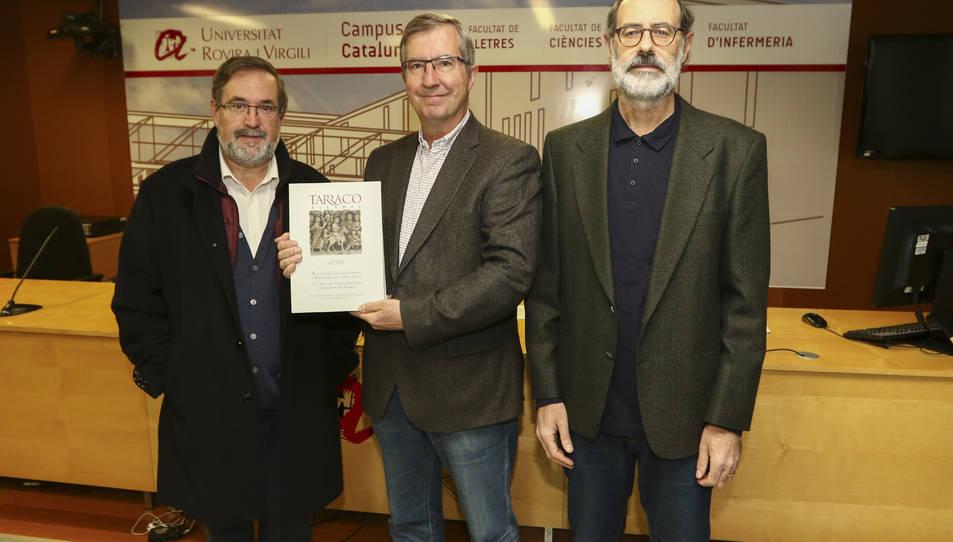 Muñoz, De Arbulo i López mostren un exemplar del recull d'articles de la darrera Tàrraco Biennal.