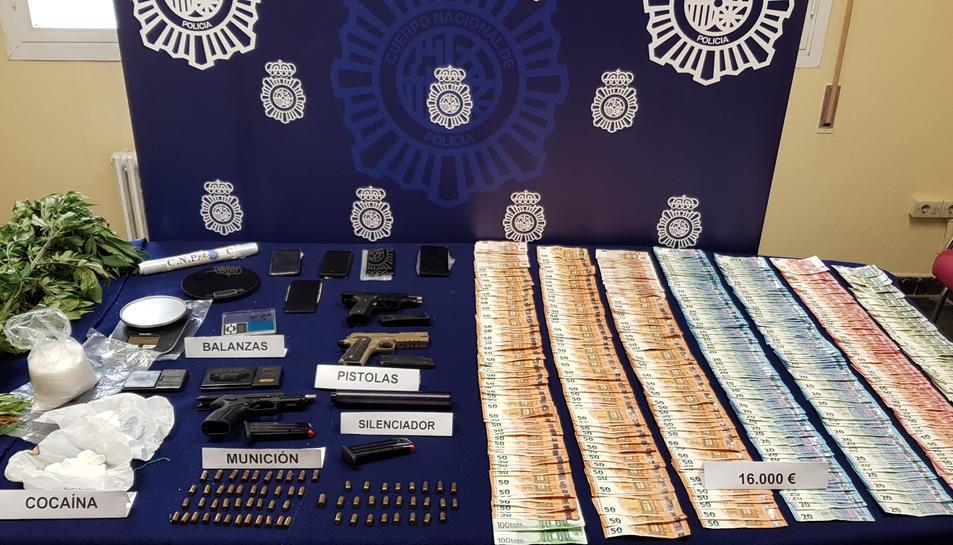 Es va confiscar una gran quantitat de droga, una pistola amb silenciador, munició, més de 28.000 euros i tres vehicles.