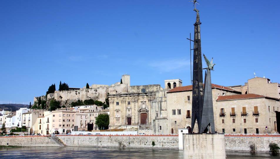 Imatge del monument franquista de Tortosa davant la façana de la Catedral
