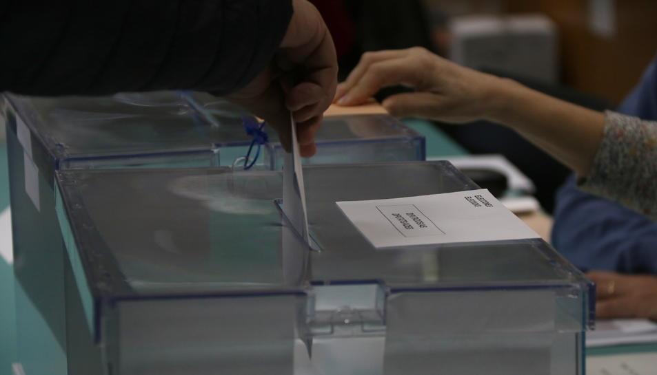 Pla detall d'una papereta pel Congrés entrant a l'urna, el 10 de novembre de 2019.