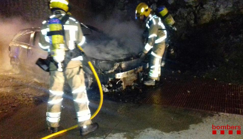 Dos bombers extingit el foc.
